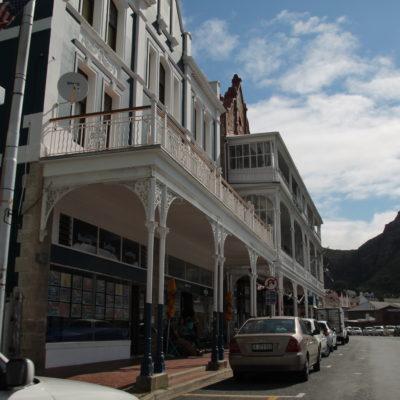 Aunque no lo recorrimos del todo, la calle principal de Simon's Town nos pareció diferente