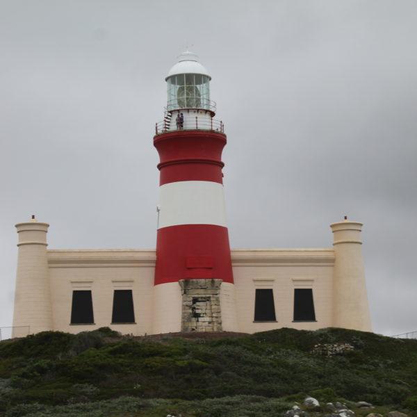 El faro de Cape Agulhas también es conocido en Sudáfrica