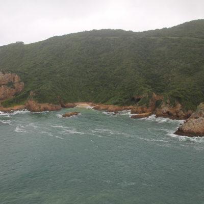 """La montaña donde estabamos y la de la foto forman """"The Heads"""", la entrada a la bahía"""