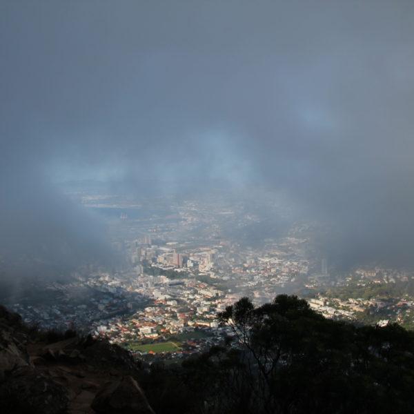 A medida que íbamos subiendo, la vista a Ciudad del Cabo se nublaba por completo