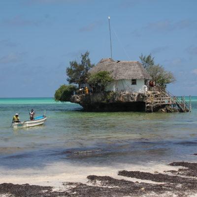 Con marea alta, el The Rock ofrece un servicio de transporte en barco para llegar hasta él