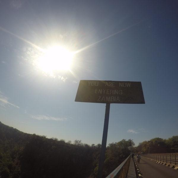 La frontera con Zambia en la mitad del puente