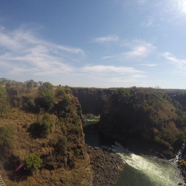 Al otro lado de este puente y en este río se realizan actividades como puenting o kayak