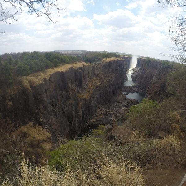 El río Zambezi (de la unión de los nombres Zambia y Zimbabwe), llena todo el cañón en temporada de lluvias