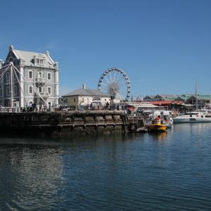 El puerto se ha convertido en una zona de ocio con restaurantes, centros comercias y hasta una noria