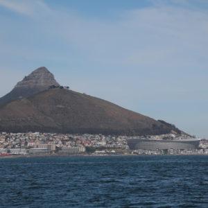 Desde el barco pudimos ver vistas hermosas, como ésta de Lion's Head y el estadio de fútbol de Ciudad del Cabo