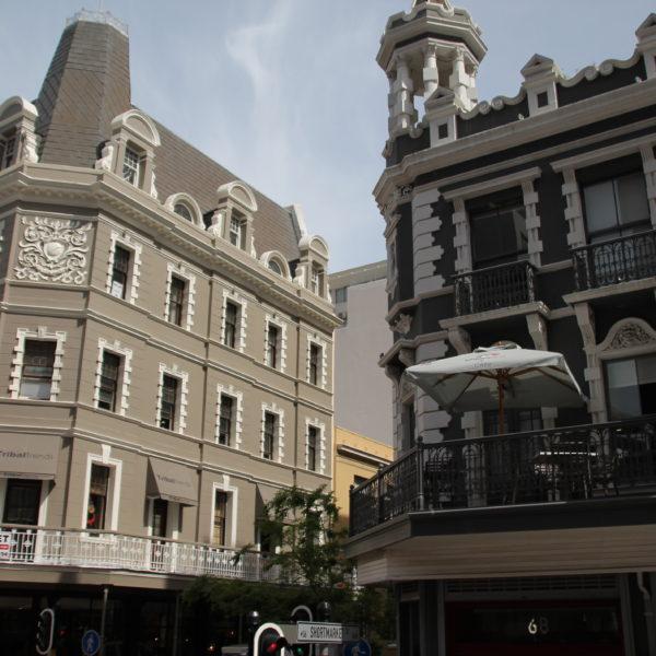 Los edificios tienen un estilo clásico que crean un ambiente muy elegante
