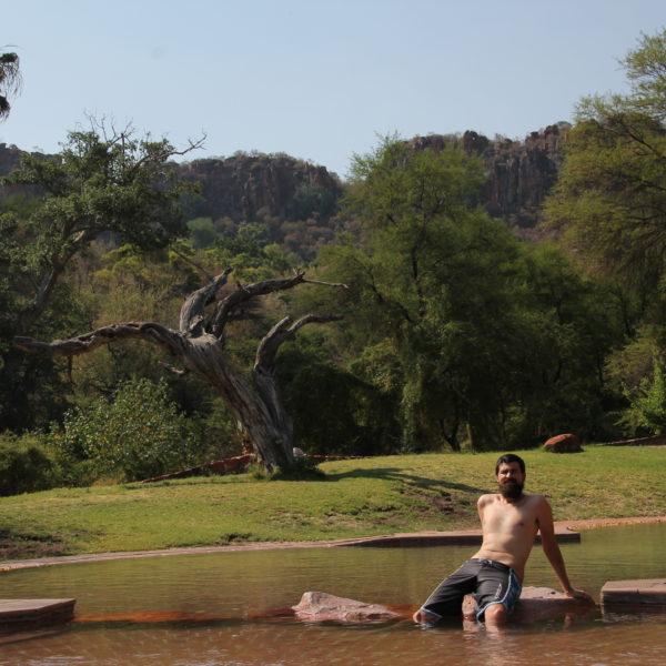La verdad que la piscina rodeada de naturaleza era un bonito sitio de descanso