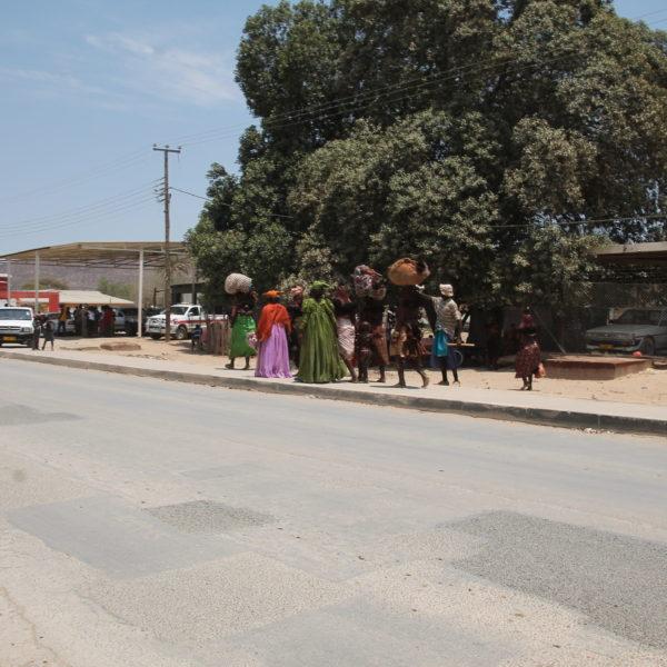 Mujeres himba y herero paseando por Opuwo