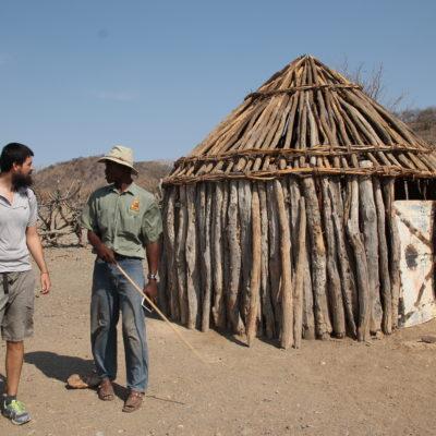 Nuestro guía nos explicó los puntos básicos de la cultura himba, pero también contestó nuestras preguntas