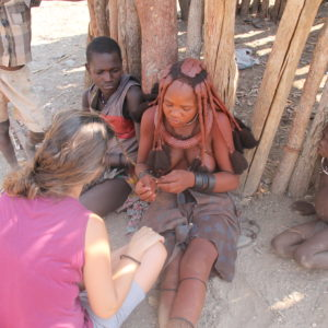 Anna le hizo a Amaia un par de trenzas como la que se esconde bajo el ocre en cada rasta himba