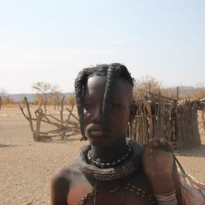 Este peinado indica que es una himba niña a la que todavía no le ha bajado la regla