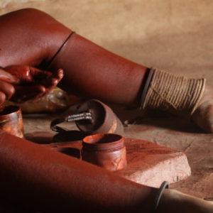 El ocre y la manteca (o vaselina) son la base del ungüento