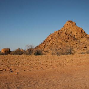 Dormimos entre rocas del desierto, en medio de la naturaleza