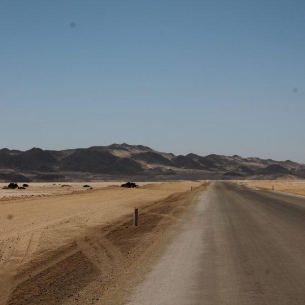 El paisaje frente al mar lo formaba unas dunas de color negro muy bonitas