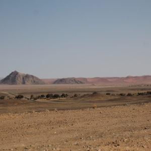 La carretera por el desierto; la primera parte está asfaltada para acceso de todo tipo de vehículos