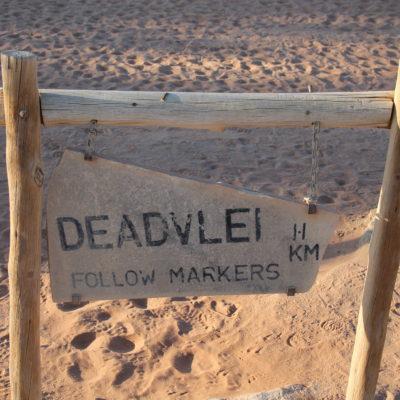 """El cartel de DeadVlei, donde recomendamos más seguir a la gente y las pisadas que los """"markers"""""""