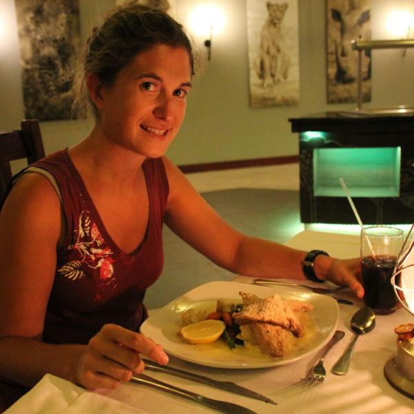 Una cena en mesa con mantel para celebrar el cumpleaños