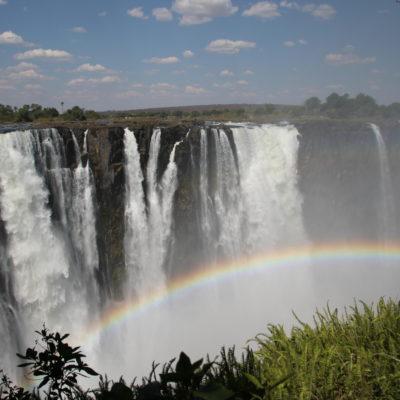 Montones de arco iris aparecen a lo largo de todas las cataratas