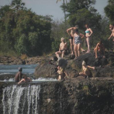 Un grupo bañandose y sacandose fotos (con el fotógrafo loco) en la Devil's Pool