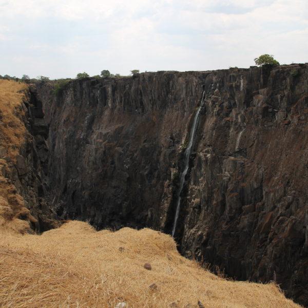 En el lado zambio, sólo pudimos encontrar esta pequeña cascada por donde bajaba un hilillo de agua