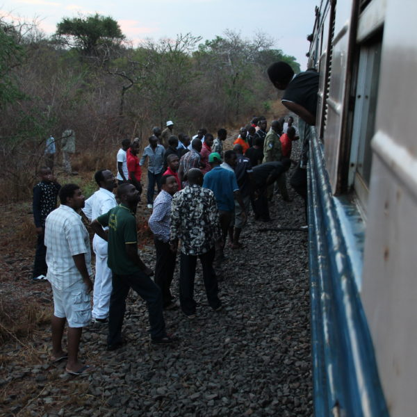 Un montón de pasajeros bajaron a las vías para ver qué había pasado
