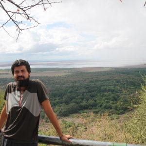 El lago Manyara, cerca de Tarangire, es conocido por sus leones trepadores, que suben a los árboles (raro en este animal) para evitar el agua