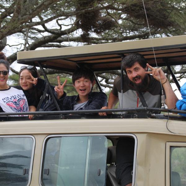 Nuestro coche de safari con techo abierto y nuestros amigos coreanos