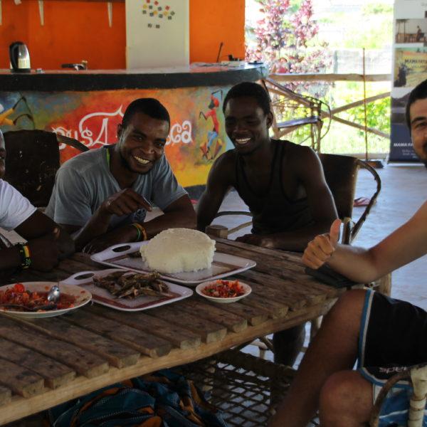 Los chicos de Mama Fatuma (nuestro hostal en Nungwi) nos invitaron a comer con ellos pescado con ugali