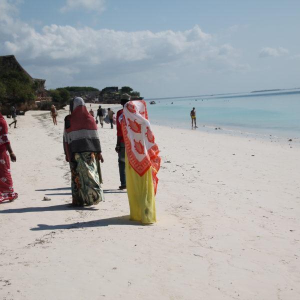 El contraste entre mujeres locales y turistas en la playa es enorme