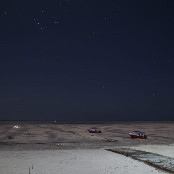 Esta foto nocturna está sacada desde nuestro hostal y se puede ver de qué manera se retira el mar con marea baja