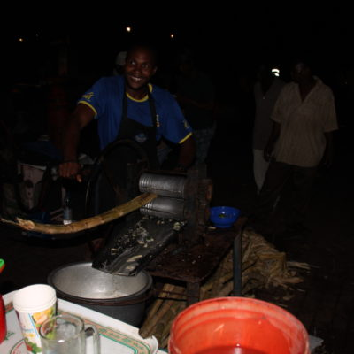 Así exprimían la caña para conseguir agua de caña en el mercado