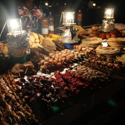 En el mercado de noche hay una gran variedad de pinchos para asar en la brasa