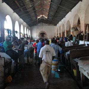 Así luce el mercado de pescado de Stone Town, junto al de carnes