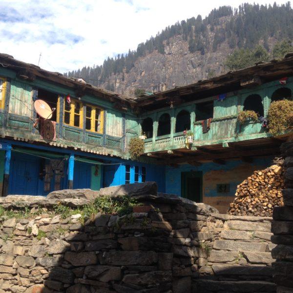 Nos llamaron la atención estas casas-establo de madera con grandes patios