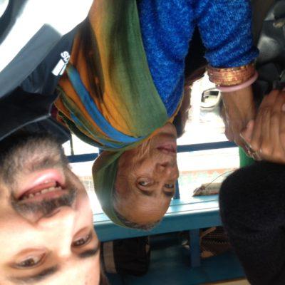 A medio camino y con el autobús lleno, le preguntaron a Nico si dejaría sentarse a una señora que bajaba a 10km. Nico dijo que sí, se giró hacia mi para darme la mochila y para cuando fue a levantarse para cederle el sitio, ¡ya tenía a la señora sentada en su pierna!