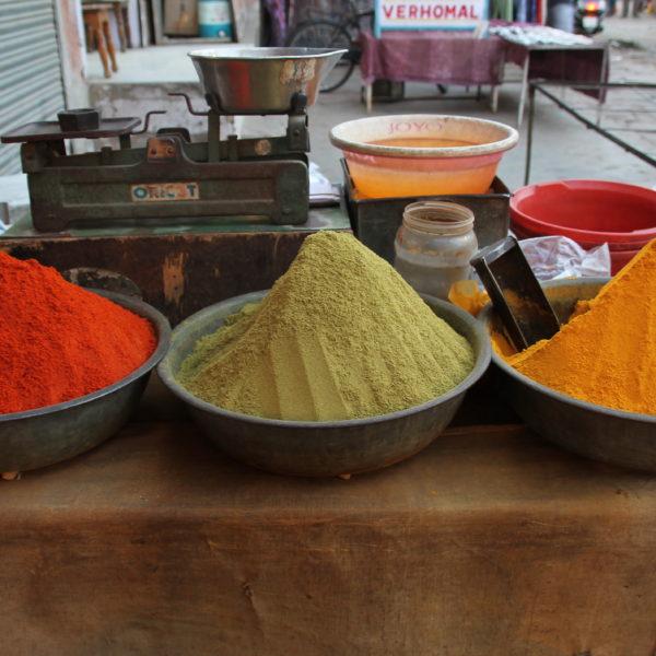 De izq. a der.: chile en polvo, cilantro en polvo y curry