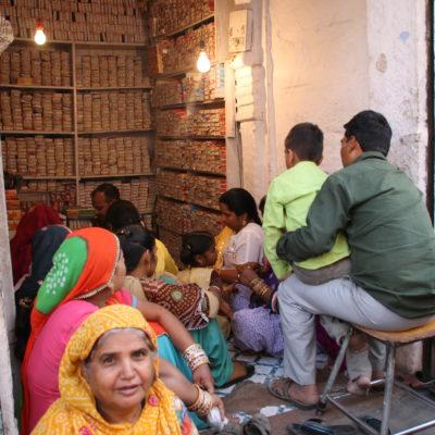 Todas estas mujeres estaban reunidas en este pequeño local eligiendo brazaletes