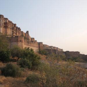 El fuerte de Mehrangarh desde fuera, combinando altas murallas y balcones de palacios
