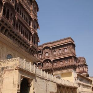 Se puede caminar por la vía principal sin pagar entrada, viendo desde fuera los palacios