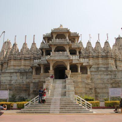 El impresionante templo de Ranakpur de frente