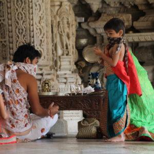 Coincidió que una familia jainista realizaba alguno de sus rituales u oraciones