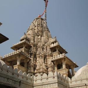 Estas pequeñas torres llenas de figuras y dibujos son una característica clásica de los templos jainistas
