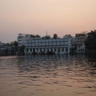 Uno de los hoteles al borde del lago Pichola