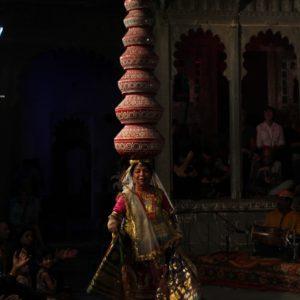 Esta bailarina generó mucha espectación con esta enorme torre sobre su cabeza