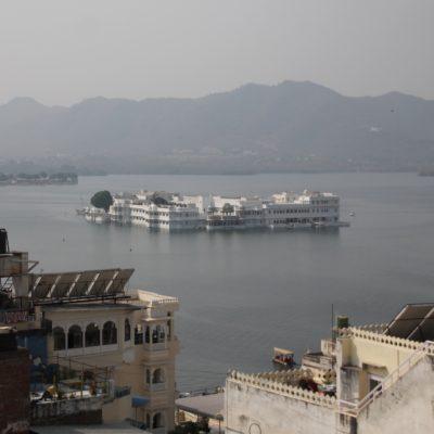 El hotel Taj Lake Palace, icono de la ciudad, visto desde la terraza de nuestro hotel