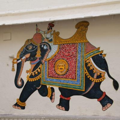 Dibujo de un maharaja sobre un elefante en el patio del palacio