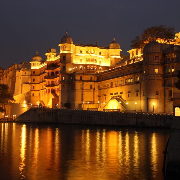 Preciosas las luces del Palacio de la Ciudad de Udaipur desde el borde del lago Pichola