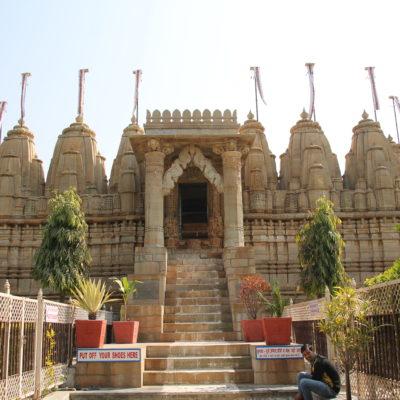 También visitamos este templo jainista dentro del fuerte, pero habíendo pasado por Ranakpur poco nos pudo sorprender