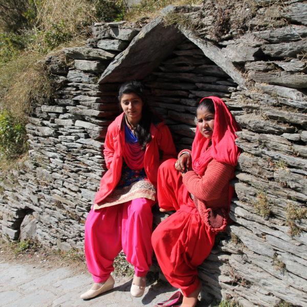 Indias charlando en la subida a la cascada